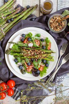 Alles und Anderes: Bunter Frühlingssalat mit grünem Spargel, Blaubeeren und Müsli-Crunch Tasty, Yummy Food, Vegan Recipes, Vegan Meals, Vegan Food, Healthy Food, Cobb Salad, Low Carb, Avocado