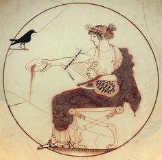 Apollon portant une couronne de laurier ou de myrte, un péplos blanc, un himation rouge & une paire de sandales est assis sur un diphros (siège) aux pieds de lion. Il tient une cithare dans la main gauche et verse une libation de la main droite. Face à lui un oiseau noir identifié à un pigeon, un choucas, une corneille (allusion possible à sa liaison avec Coronis) ou un corbeau (oiseau aux pouvoirs mantiques) - Médaillon d'un kylix attique à fond blanc, vers 460 avant notre ère.