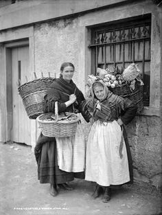 Fish and Vegetable Sellers . The National Library of Ireland on The Commons Gebely Gebely Gebely Wang. Working women, history, past fashion, vintage, photo b/w. Old Pictures, Old Photos, Vintage Photographs, Vintage Photos, Dublin, Expo Milano 2015, Irish Eyes, British Isles, Victorian Era