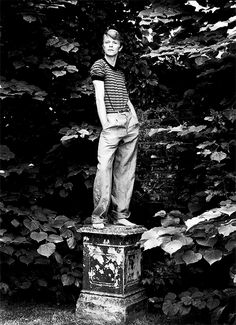 David Bowie, 1978 by Lord Snowdon. oooo looks like bowie would win at our sculpture-making game! Angela Bowie, Anthony Kiedis, Ziggy Stardust, Freddie Mercury, The Thin White Duke, Black And White, Black Star, Lauryn Hill, Lord