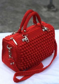 Very elegant and beautiful, this crochet bag. See how to make an elegant crochet bag. It's a wonderful crochet job. Surprise someone with this spectacular crochet bag. Why spend money on simple bags, when you can make this bobble stitch handbag by yours Free Crochet Bag, Crochet Shell Stitch, Bobble Stitch, Crochet Tote, Crochet Handbags, Crochet Purses, Diy Crochet, Bobble Crochet, Flower Crochet