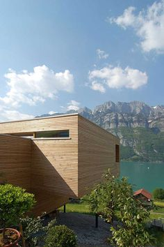 Wohnhaus am Walensee is an incredibly designed single family home by K_M Architektur, with maximized views of Lake Walensee in Unterterzen, Switzerland. Modern Wooden House, Wooden House Design, Glamping, Beaux Villages, Prefab, Building A House, Building Ideas, Architecture Design, Switzerland