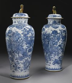 A pair of blue and white 'Soldier' vases, Qing Dynasty, Kangxi Period - Alain. Blue And White China, Blue China, Japanese Porcelain, White Porcelain, Delft, Chinese Ceramics, Objet D'art, Qing Dynasty, Ginger Jars