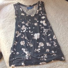 Gorgeous splatter tank by Vera Wang This gorgeous navy blue tank top with off white/pinkish splatters is perfect for any season! Size small, brand is Vera Wang. Very soft, stretchy material. Some pilling from wash. Simply Vera Vera Wang Tops Tank Tops