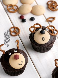 Cute reindeer cupcakes!  The instructions are in Polish, but there's always Google Translate.  :)