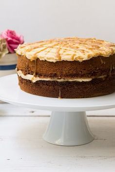 Based on the perfect British winter dessert - the sticky toffee pudding - discover how to make a sticky toffee cake.