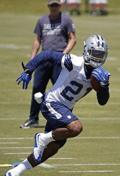 "*Ezekiel Elliot : 300 Carries?* DallasCowboys.com's David Helman believes No. 4 overall pick Ezekiel Elliott ""will finish with roughly 280-300 carries."" ​ Fantasy Analysis: Jerry Jones spent the 4th pick on Elliott in hopes to... http://www.fantasydrafttools.com/fantasy-news/ezekiel-elliot-300-carries #FantasyFootball #Cowboys"