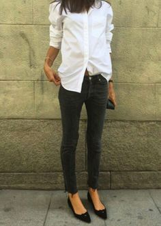 Crisp white blouse, black jeans, torn at the bottom, classy black flats - I would wear a black bow around my neck, as well. Must wear. Long White Shirt Outfit, Black Jeans Outfit Fall, White Shirt And Jeans, Fashion Mode, Minimal Fashion, Work Fashion, Fashion Looks, Style Désinvolte Chic, Mode Style