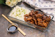 A következő recepthez mindössze három alapanyagra lesz szükséged: csirkemellre, szójaszószra és barna cukorra.