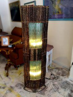 Lampara de Pie Natural de Bali      con ramas y Crystal de una forma oval de aprox 165cm de altura     madera natural de Bali     Cristal reciclada     para 2 Bombillos hasta 60 W Bombillas no incluidas.     El fabricante recomienda usar bombillas LED para su mejor funcionamiento.     Pie y Estructura de Metal