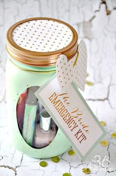 Mason Jar Crafts – The Bride Emergency Kit… So cute! Einmachglas Crafts – The Bride Emergency Kit … So süß! Pot Mason Diy, Mason Jar Gifts, Mason Jars, Crafts To Make And Sell, Sell Diy, Bride Gifts, Wedding Gifts, Wedding Ideas, Wedding Favors