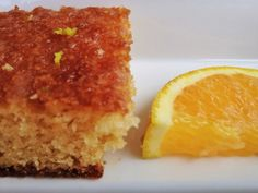 Que tal um delicioso bolo de laranja para alegrar o seu dia? Esta receita é muito fácil e você ainda pode dar um toque gourmet com uma calda de Cointreau =) Vamos precisar de: Bolo – 3 colhe…