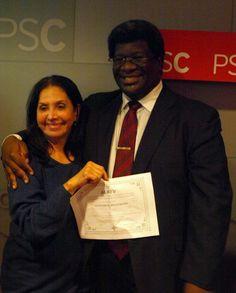 El expositor del seminario Lester Burton posa junto a una de las participantes la señora Inés do Santos tras finalizar el seminario taller Técnicas para Manejarse Eficientemente con los Medios de Comunicación dictado en octubre de 2013.