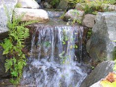 Zoom sur une cascade d'eau réalisé pour un particulier en 2010. Le travail d'étage demande de bien placer les roches, et de trouver les bonnes tailles. Un projet d'aménagement paysager par Maxhorti au Québec. #Landscaping