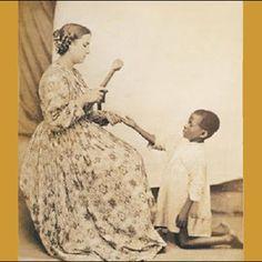 Esta fotografía fue tomada entre 1860 y 1865 en Brasil. En ella figura un ama castigando a un niño esclavo con uno de los varios instrumentos que se empleaban con los esclavos en la época.