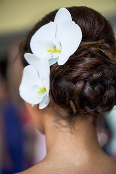 Add fresh flowers in your wedding hairstyling. Phalaenopsis Orchid headpiece.