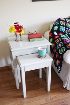 Nesting side tables with cute cottage charm for your living room! DIY plans to build these nesting end tables inspired by Pottery Barn Pratt Nesting Side Tables. Pallet Furniture, Furniture Projects, Furniture Plans, End Table Plans, Wood Nesting Tables, Diy Table, Easy Diy Projects, Diy Home Decor, Preston