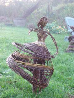 Mes créations en osier viennent orner vos jardins,été comme hiver ... Elles permettent d'y donner vie et de raconter des histoires en créant le mouvement...toujours...! Diy Garden Decor, Garden Art, Garden Statues For Sale, Environmental Sculpture, Twig Art, Deco Nature, Ikebana, Willow Weaving, Willow Branches