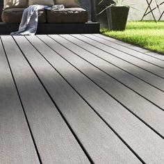 Sol de terrasse Océwood de Lapeyre, composé de dalles de bois composite coloré en gris anthracite.