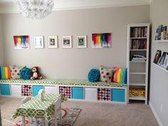 étagères Ikea Kallax intégrées en blanc et casiers multicolores