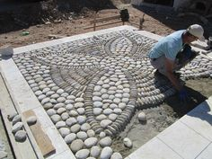 DIY Spiral Rock Pebble Mosaic Path I Wish to Have - Über Dekoration A pebble mosaic will give your yard, garden, or walkway a unique and unexpected focal point. More detail here This Pebble mosaic garden path looks amazing. Mosaic Rocks, Pebble Mosaic, Stone Mosaic, Rock Mosaic, Mosaic Art, Patio Plus, Verge, Floor Design, Path Design