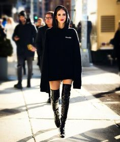 「When your hoodie becomes your dress 💯」 Chiara Ferragni waysify Oversized Hoodie Outfit, Black Hoodie Outfit, Streetwear, Look Fashion, Fashion Outfits, Fashion Trends, Outfits Mujer, Mini Vestidos, Outfit Trends