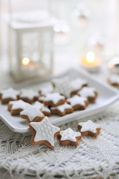 White Christmas Cookies on White Lace Christmas Sweets, Christmas Mood, Noel Christmas, Christmas Goodies, Christmas Baking, All Things Christmas, Christmas Decorations, Christmas Gingerbread, Christmas Biscuits