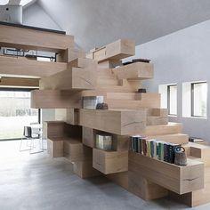 Basé à Anvers, le studio Farris a mené le projet de restructuration d'une ancienne grange et l'a transformé en un bureau lumineux divisé subtilement par un module sculptural en bois massif. À la fois plastique et fonctionnel il permet de trouver...