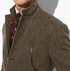What a chicly tailored herringbone jacket (which is perfectly partnered with that oxblood hued tie). #menswear #fashion #preppy #autumn