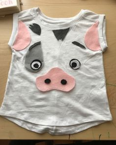 When your kid wants Pua (Moana's sidekick pig) theme birthday, you have to be creative! Moana Halloween Costume, Family Halloween Costumes, Disney Halloween, Halloween Fun, Moana Birthday Party Theme, Moana Theme, Moana Party, 2nd Birthday, Pig Costumes