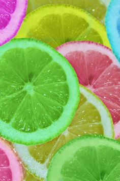 How To Make Colorful Lemons For Your Drinks. It's very simple and easy cut up some lemons place in four or five individual bowls. Place a few drops of food coloring in each and bowl. And there you have it. Rainbow Fruit, Colorful Fruit, Rainbow Colors, Rainbow Treats, Colourful Art, Colored Lemons, Juicy Fruit, Lemon Slice, Over The Rainbow