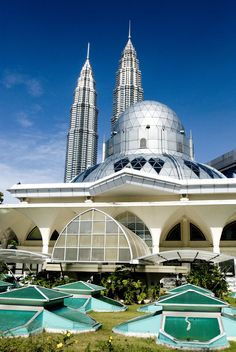 The As Syakirin Mosque, also known as KLCC Mosque, is a mosque located in the Kuala Lumpur City Centre (KLCC). The mosque is situated near the Suria KLCC shopping centre and the Petronas Twin Towers. Mosque Architecture, Religious Architecture, Futuristic Architecture, Beautiful Architecture, Architecture Design, Beautiful Mosques, Beautiful Places, Kuala Lumpur City, Les Religions