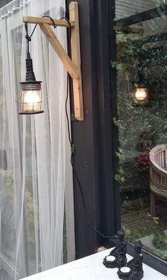 binnenkijken bij jantien4 - Deze lamp heb ik ontworpen voor een klant, maar vond hem zo leuk dat ik er gelijk maar twee heb gemaakt, ook één voor in het tuinhuis! Gemaakt door oud hout te hergebruiken en een antieke looplamp welke ik heb gekocht op een rommelmarkt...
