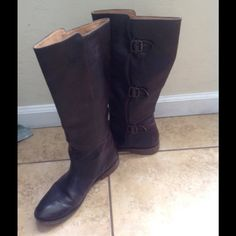 Frye riding boots brown color This beautiful riding boots so comfortables.... They have singin of use but good condition..... Brown color... NO TRADE/PP Frye Shoes