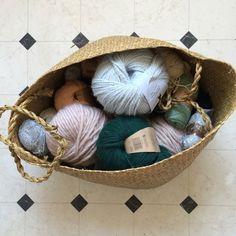 7 idées pour ranger ses pelotes de laine Wicker Baskets, Straw Bag, Ranger, Knitting, Diy, Bags, Decor, Storage, Quilt Block Patterns
