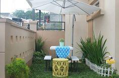 Siapa sangka taman depan rumah bisa diubah menjadi ruang bersantai yang privasi namun tetap nyaman.