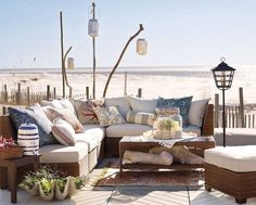 coin lounge avec meubles en rotin et coussins à motifs originaux