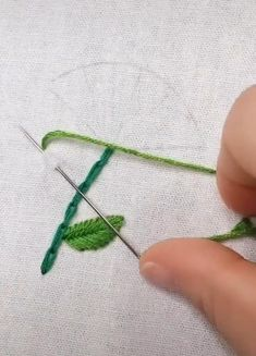Diy Embroidery Patterns, Basic Embroidery Stitches, Hand Embroidery Videos, Embroidery Stitches Tutorial, Hand Embroidery Flowers, Flower Embroidery Designs, Creative Embroidery, Simple Embroidery, Learn Embroidery