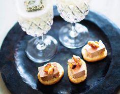 Byd gæsterne på en delikat forret, inden de  går til bords. De søde, sprøde mandler og rosiner er perfekt tilbehør til den cremede, lækre andelevermousse.