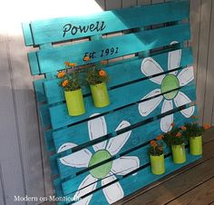 Pallet Ideas Pallet Sign and Garden Planter All In One - I wanted a family sign and a garden planter for my side door, so I combined the two ideas to create a fun decoration using upcycled materials. I started with a… Wooden Pallet Projects, Diy Projects, Spring Projects, Palette Projects, Decoration Palette, Palette Deco, Pallet Painting, Diy Deck, Patio Decks