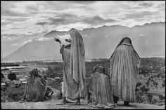 INDIA. 1948. Kashmir. Srinagar. Muslim women on the slopes of Hari Parbal Hill. By Henri Cartier-Bresson