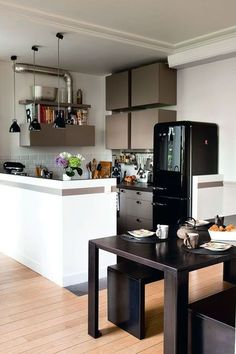Une cuisine semi-ouverte sur le coin repas