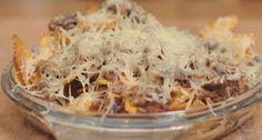I nachos filanti sono uno snack appetitoso tipico della cucina messicana, serviteli all'aperitivo con salsa barbecue o panna acida.