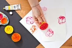 WESTWING MAGAZINE te propone un fresco y divertido estampado para sobres y cartas hecho con limones y pinturas de colores. ¡De lo más veraniego!