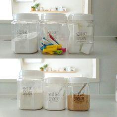 ⭐ ダイソーのペットコンテナー♡  重曹、ストックの袋止め、激落くん。 小麦粉、片栗粉、だし。  粉類は、蓋にKOMUGIKOとか書いて直ぐ分かるようにしています。  小麦粉は冷蔵庫。 上段の重曹やストック系はシンク下。 だしと片栗粉は毎日使っているのでIH前に置いています。  シンプルで可愛いです。 今のところ湿気で固まることはありません。 毎日使う、だしと片栗粉には一応シリカゲルを入れてみました。  #ダイソー#daiso#ペットコンテナー#100円均一#100円ショップ#ホワイト#キッチン#キッチンアイテム#画質が悪い凹