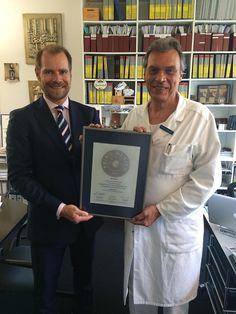 Übergabe des PRIMO MEDICO Siegels an Prof. Dr. Dr. Lambrecht in Basel. Mehr Informationen zum Spezialisten für Implantatchirurgie gibt es hier: https://www.primomedico.com//prof-dr-dr-lambrecht-spezialist-oralchirurgie-implantat-schweiz-basel
