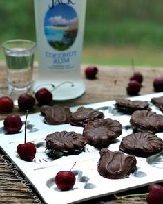 Cherry Rum Chocolate Candies- Boozy candies filled with cherry rum love! Chocolate Candies, Chocolate Liquor, Chocolate Cherry, Chocolate Lovers, Chocolate Recipes, Cooking With Coconut Oil, Sweets Cake, Sweet Cherries, Brownie Bar