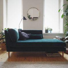 Kaarna-divaani • @annemaru • Mittatilaustyö. Verhoiluna vesipestävä Bolshoi-sametti. • www.finsoffat.fi/tuote/kaarna-3-istuttava-sohva Lounge, Couch, Furniture, Instagram, Inspirational, Home Decor, Chair, Airport Lounge, Settee