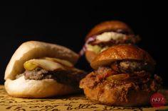 Ciabatta con broccolo avvinazzato e scamorza, Burger di straccetti di collo di maiale con pomodori gratinati e crema di ceci, Scaloppa di pollo marinata yogurt e erbe, con patate pasticciate, maionese al pecorino e insalata