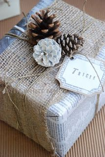 White Bench: Creative Christmas Gift Wrapping Ideas and How-To.The White Bench: Creative Christmas Gift Wrapping Ideas and How-To. Wrapping Gift, Creative Gift Wrapping, Christmas Gift Wrapping, Wrapping Ideas, Creative Christmas Gifts, All Things Christmas, Creative Gifts, Christmas Holidays, Burlap Christmas